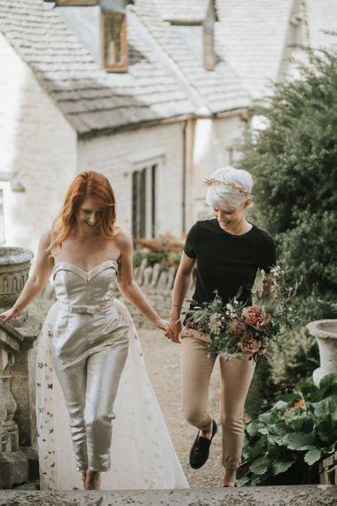 有穿金冠和黑T恤杉的短发的新娘