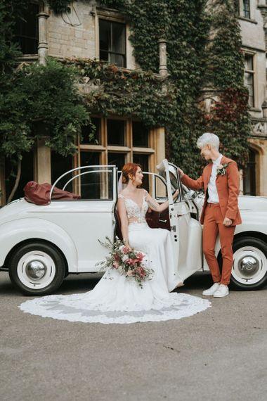 有短发的新娘在衣服和教练员和新娘坐在婚宴喜饼的鞋带婚礼礼服