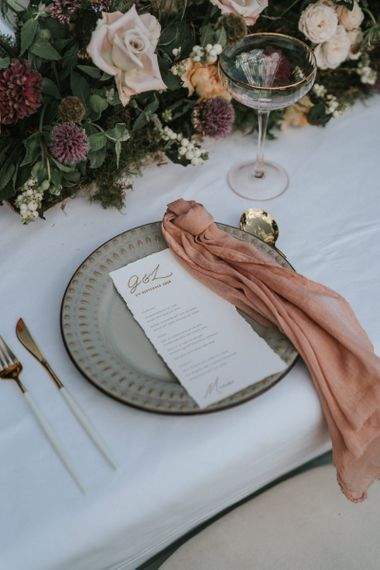 Place setting with charger plate, coloured napkin and menu card