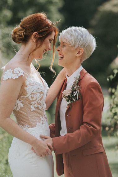 鞋带婚礼礼服和新娘的新娘锈的色的衣服
