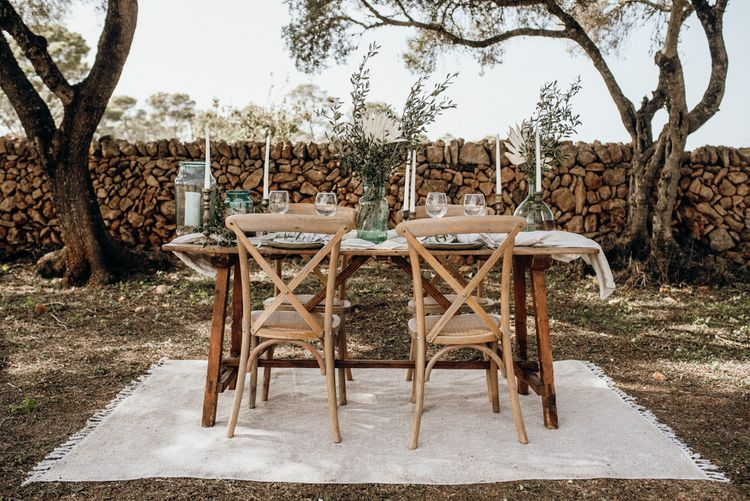 Outdoor reception table on a white rug
