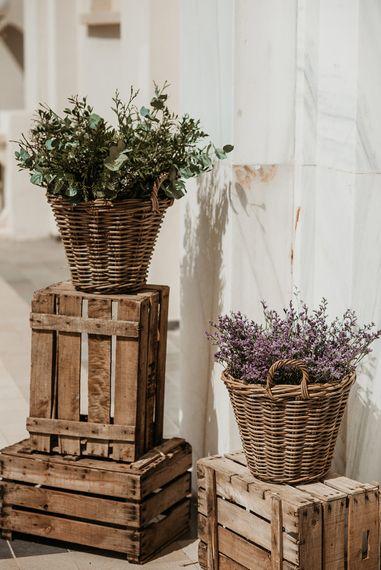 Rustic Crate & Flower Basket Wedding Decor | Malaga Destination Wedding | Sara Lobla Photography | Un Par de Medias Film