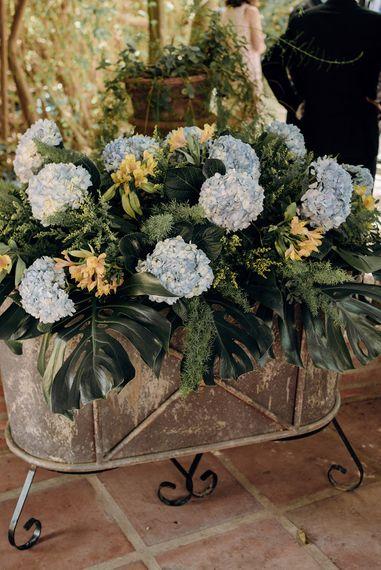 Blue Hydrangea Wedding Flowers | Malaga Destination Wedding | Sara Lobla Photography | Un Par de Medias Film