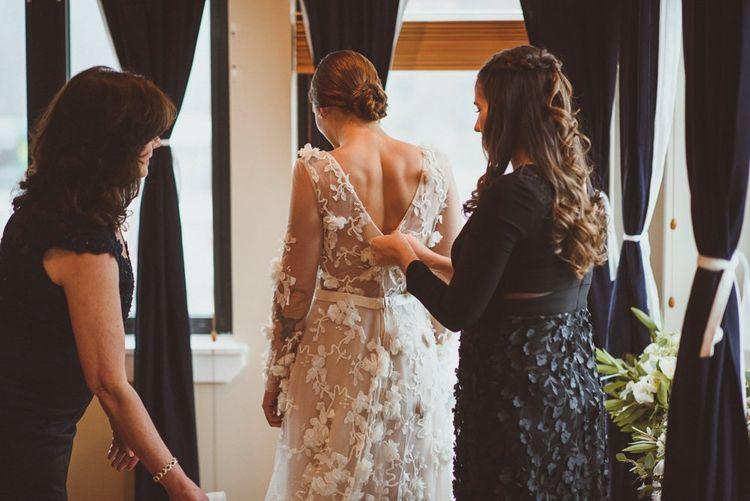 新娘准备好了她的婚礼礼服