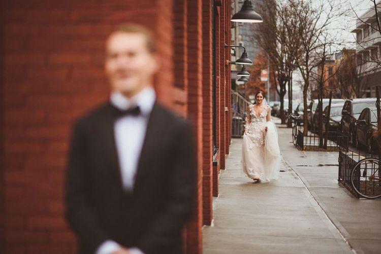 在新郎的新娘面前,穿着礼服
