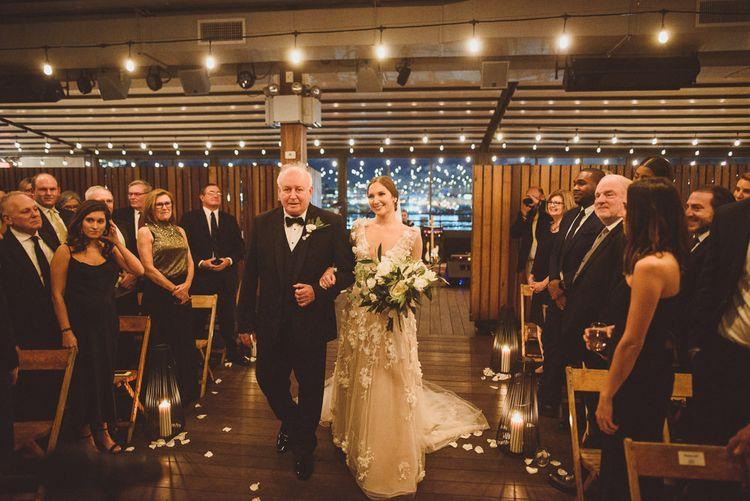 在新娘的婚礼上,穿着婚纱的裙子
