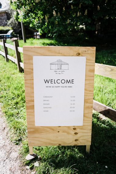 Wooden Welcome Sign with Anran Illustration