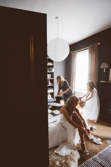 Wedding Morning Bridal Preparations| Autumn City Wedding at Clissold House,  West Reservoir Centre | A Thing Like That Photography
