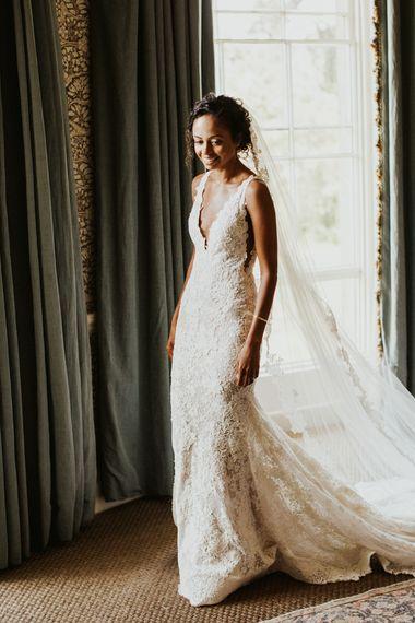婚礼早晨的新娘在蕾丝Plevias婚礼礼服