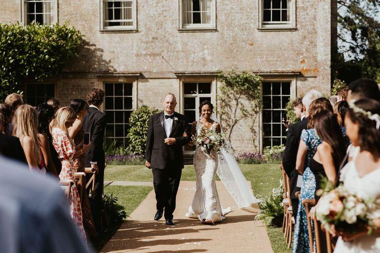 在Babington房子婚礼地点的户外仪式新娘入口