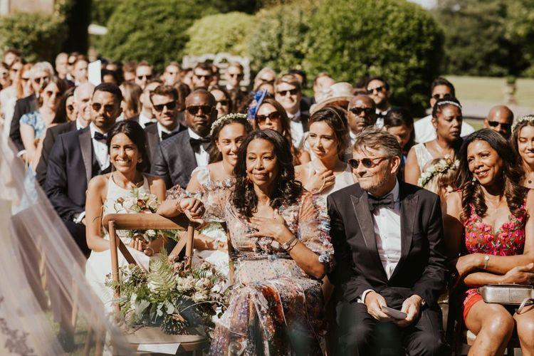 户外婚礼期间的婚礼客人