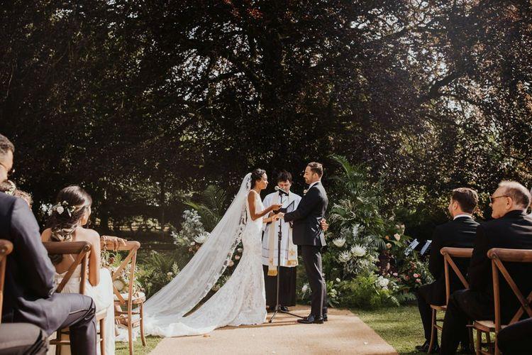 交换誓卖的新娘和新郎在室外婚礼