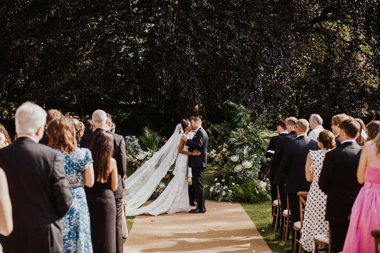 你现在可以在户外婚礼仪式上亲吻新娘