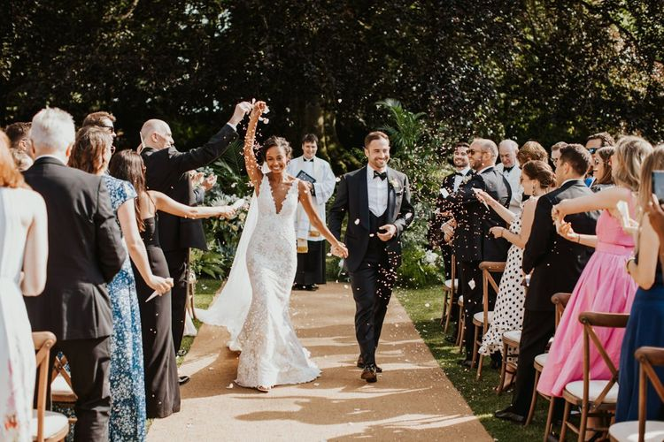 新娘和新郎刚刚结婚的过道在比林顿房子婚礼地点