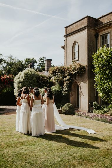 在白色礼服的伴娘在比林顿议院婚礼地点