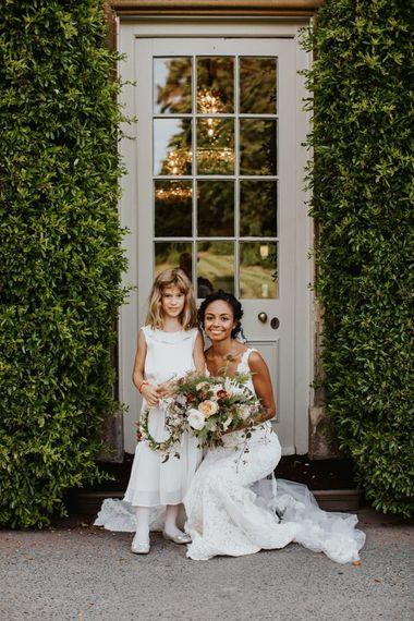 在Babington房子婚礼地点之外的新娘和花女孩