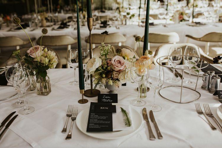 优雅的地方设置与绿色锥形蜡烛,花卉核心和菜单卡