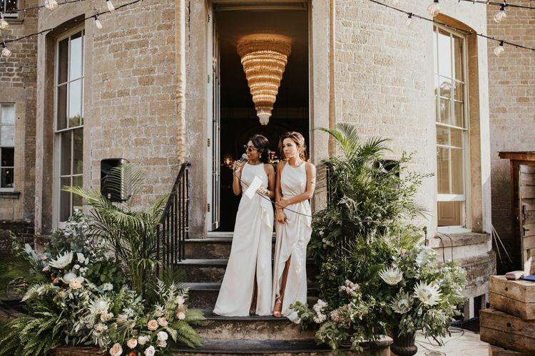 在白色礼服的伴娘在外面发表讲话外面在Babington房子婚礼地点