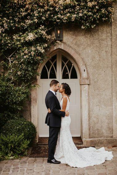 新娘和新郎拥抱在黑色领带衣服