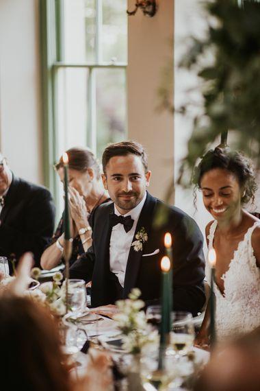 新娘和新郎享受烛光婚礼招待会