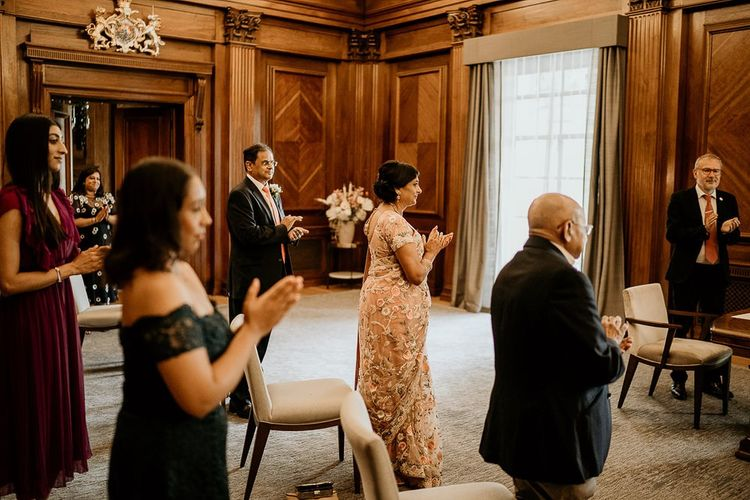 在市政厅婚礼拍手的社会距离婚礼客人