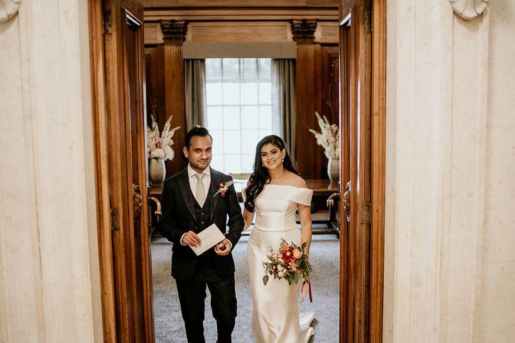 新娘和新郎退出仪式室作为丈夫和妻子