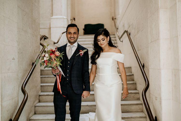走在台阶的新娘和新郎在老梅里宾笼城镇霍尔婚礼