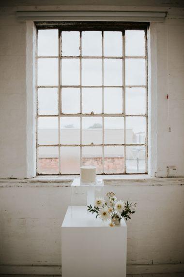 Single tier wedding cake for minimalist wedding