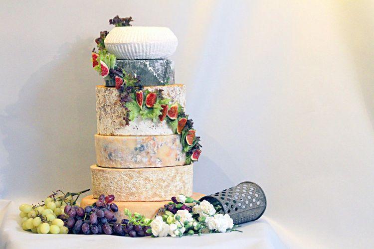 婚礼奶酪塔由奶酪盘餐饮