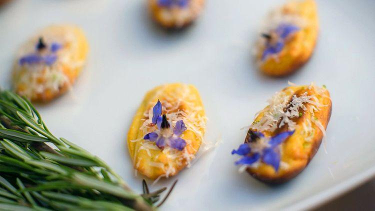 意大利晚餐俱乐部制作的婚礼可食用鲜花小吃