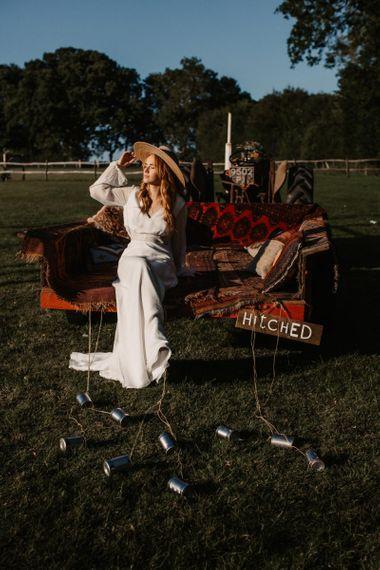 在Wickerwood农场的婚礼上,一位波西米亚风格的新娘坐在拖车的后面