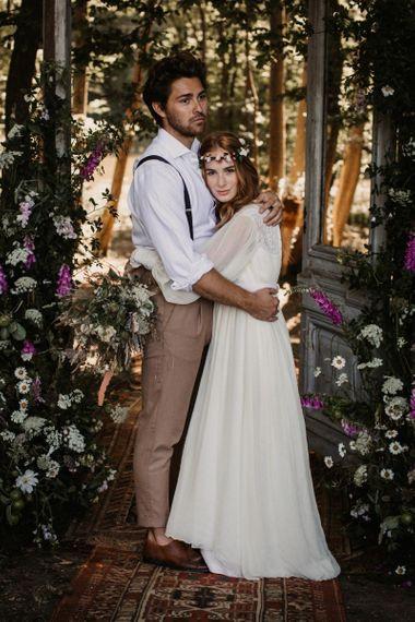 波西米亚风格的新娘和新郎在木门前拥抱