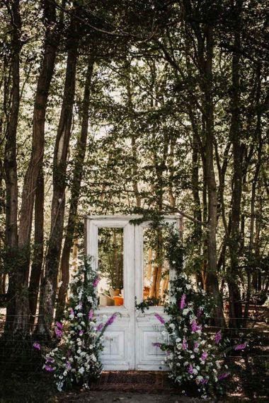 木门婚礼装饰在林地婚礼
