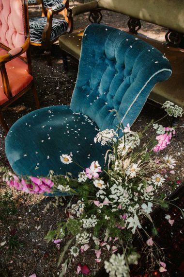 铺满五彩纸屑的天鹅绒仪式椅