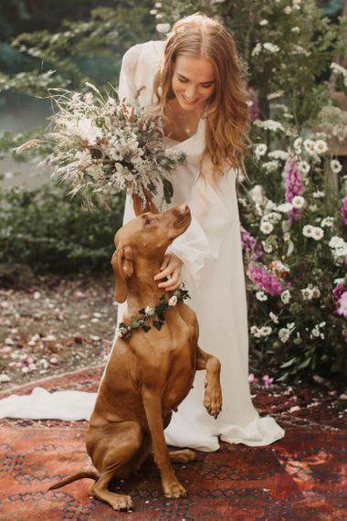 在威克伍德农场举办的可持续婚礼上,一位波西米亚新娘带着宠物狗