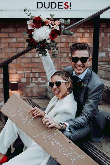 时尚的新娘和新郎在曼彻斯特的微型婚礼纸板盒婚礼标志