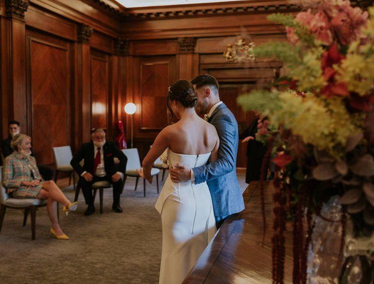 他在新娘的房间里,把新娘的小可爱