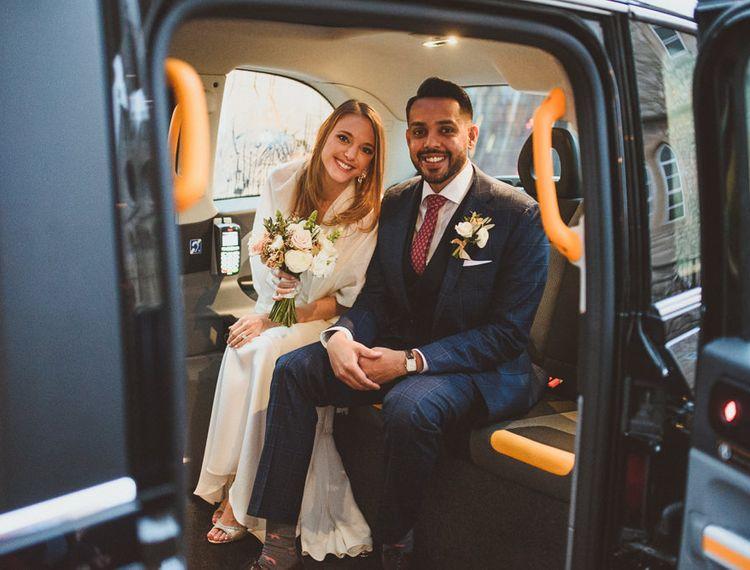 在他们的婚礼之日的夫妇在他们的往橙色切尔西的途中