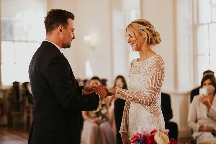 新郎新娘在婚礼上交换戒指