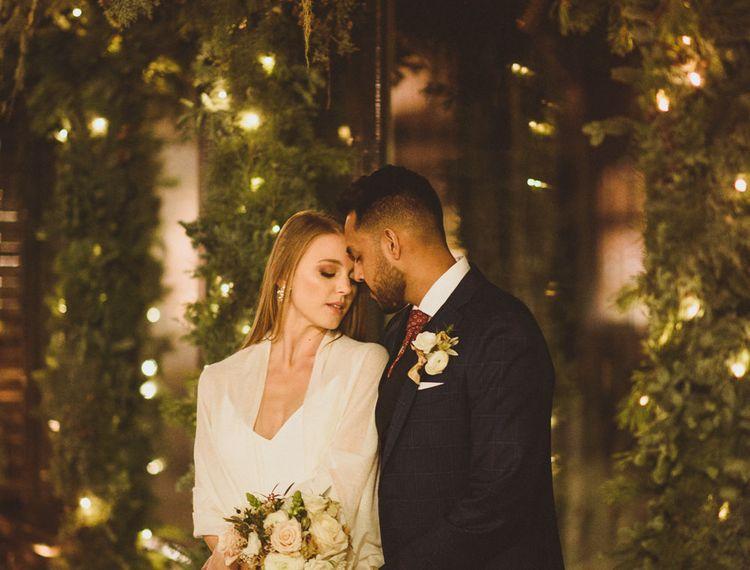 12月婚礼在有新娘和新郎的伦敦与圣诞灯