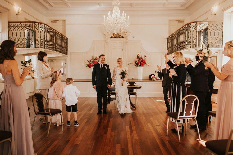 在普尔登记处举行社交距离较远的微型婚礼