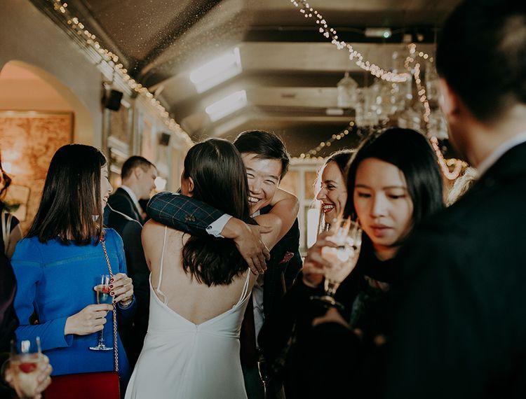 婚礼客人拥抱