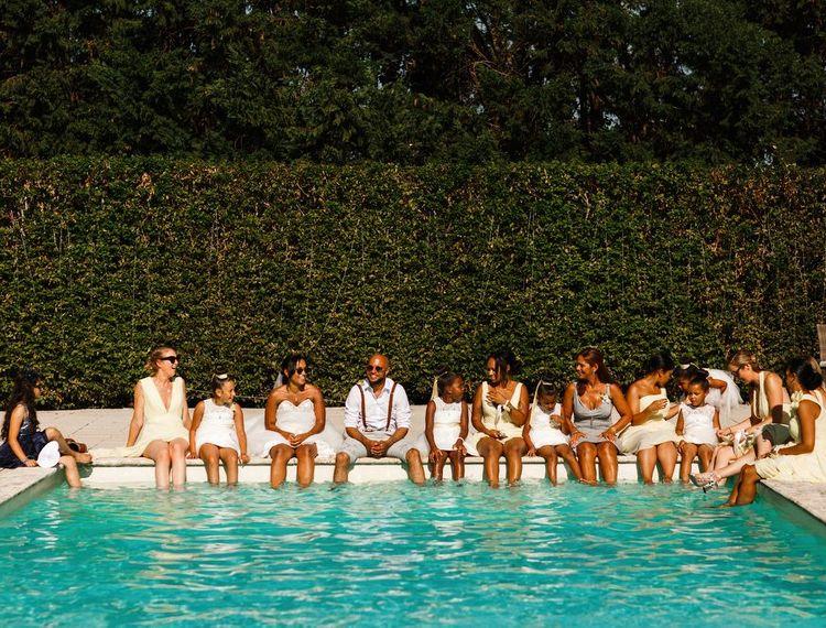 婚礼上的婚礼俱乐部在泳池里的葡萄酒