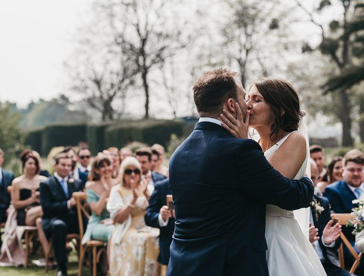 在婚礼上,参加婚礼仪式和亲吻仪式