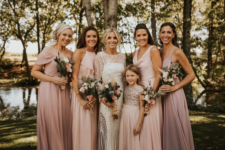 穿着粉色婚纱的伴娘