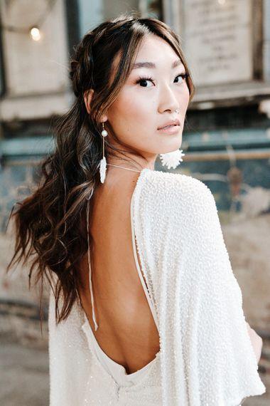 穿着亮片露背婚纱的亚洲新娘