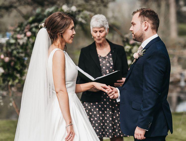 在婚礼上举行婚礼