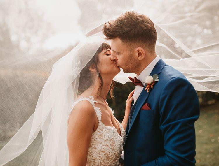 新娘亲吻亲吻和亲吻的屋顶