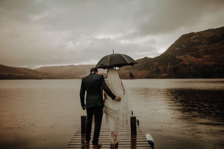 浪漫的湖和湖畔别墅,还有新婚夫妇,重新考虑一下新婚夫妇