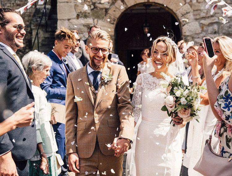 在婚礼上,穿着礼服和新娘穿着礼服,穿着礼服的礼服,穿着高跟鞋